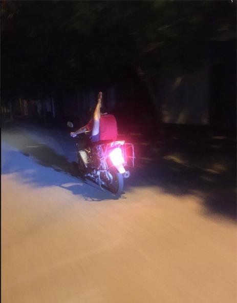 Chàng trai và chiếc xe máy gây ồn ào trên đường phố Hà Nội  - Ảnh 2.