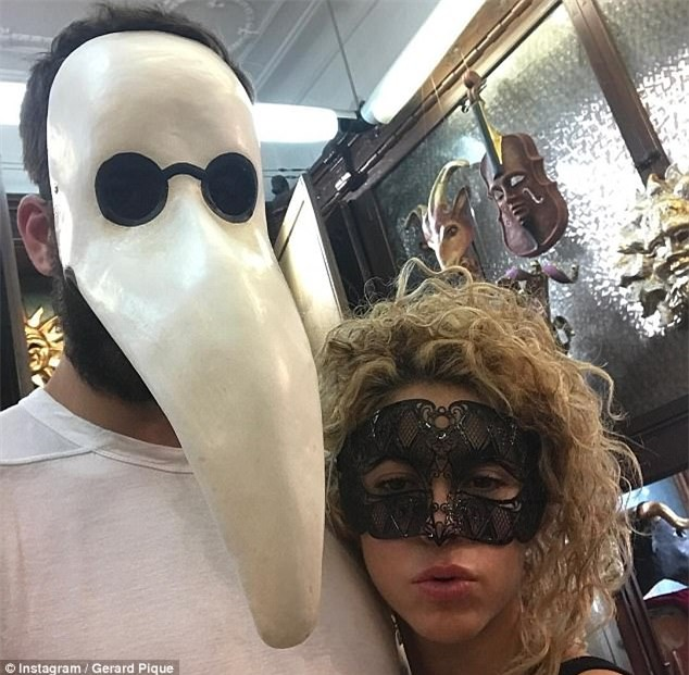 Shakira mang mặt nạ gợi cảm, ôm chặt trung vệ Pique - Ảnh 1.