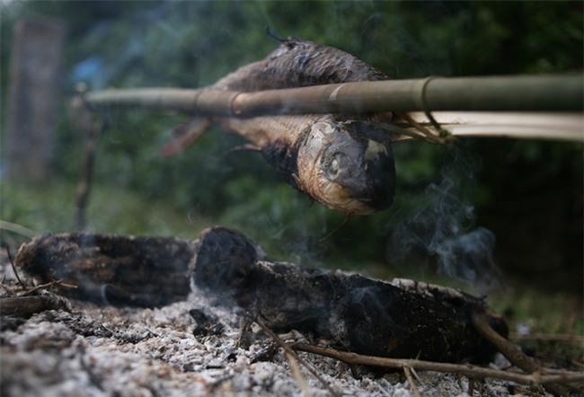 Mặc nước ngập trắng, người dân Chương Mỹ vẫn vui vẻ buông cần kiếm bộn cá, nướng nhậu ngay tại trận - Ảnh 13.