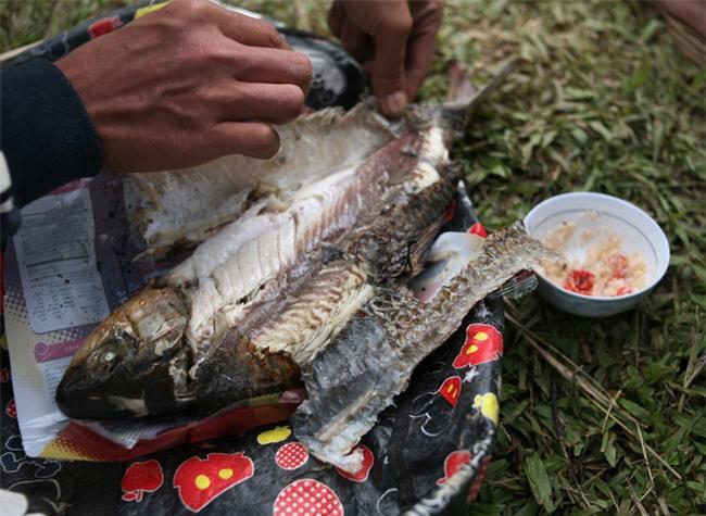 Mặc nước ngập trắng, người dân Chương Mỹ vẫn vui vẻ buông cần kiếm bộn cá, nướng nhậu ngay tại trận - Ảnh 15.
