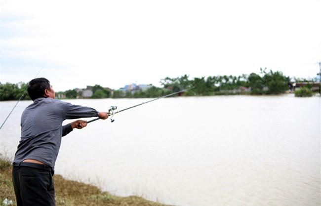 Mặc nước ngập trắng, người dân Chương Mỹ vẫn vui vẻ buông cần kiếm bộn cá, nướng nhậu ngay tại trận - Ảnh 4.