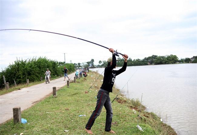 Mặc nước ngập trắng, người dân Chương Mỹ vẫn vui vẻ buông cần kiếm bộn cá, nướng nhậu ngay tại trận - Ảnh 5.