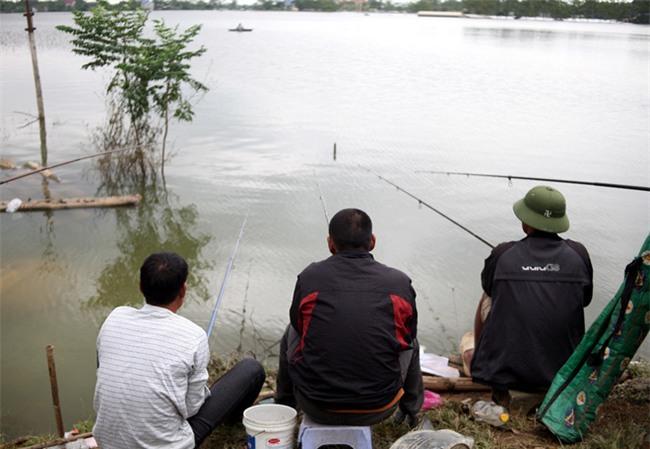 Mặc nước ngập trắng, người dân Chương Mỹ vẫn vui vẻ buông cần kiếm bộn cá, nướng nhậu ngay tại trận - Ảnh 6.