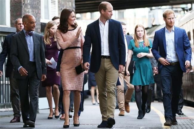 Công nương Kate bất ngờ xuất hiện rạng rỡ, khiêu vũ trên sân ga London - Ảnh 13.