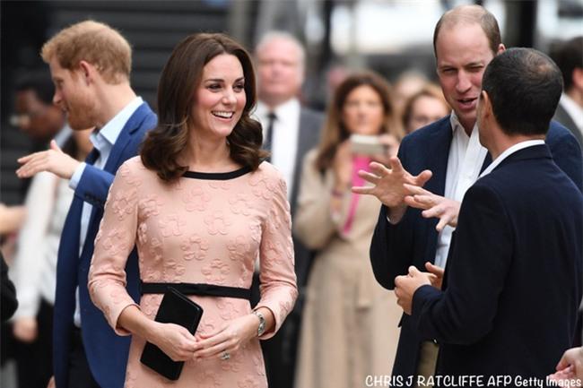 Công nương Kate bất ngờ xuất hiện rạng rỡ, khiêu vũ trên sân ga London - Ảnh 14.