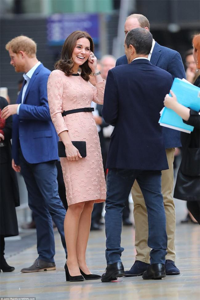 Công nương Kate bất ngờ xuất hiện rạng rỡ, khiêu vũ trên sân ga London - Ảnh 2.