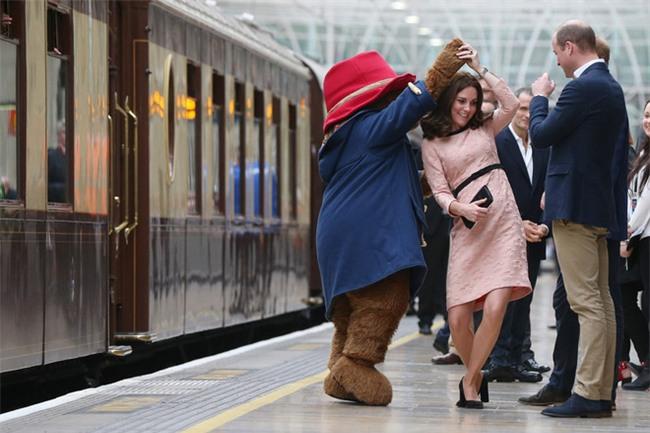 Công nương Kate bất ngờ xuất hiện rạng rỡ, khiêu vũ trên sân ga London - Ảnh 3.