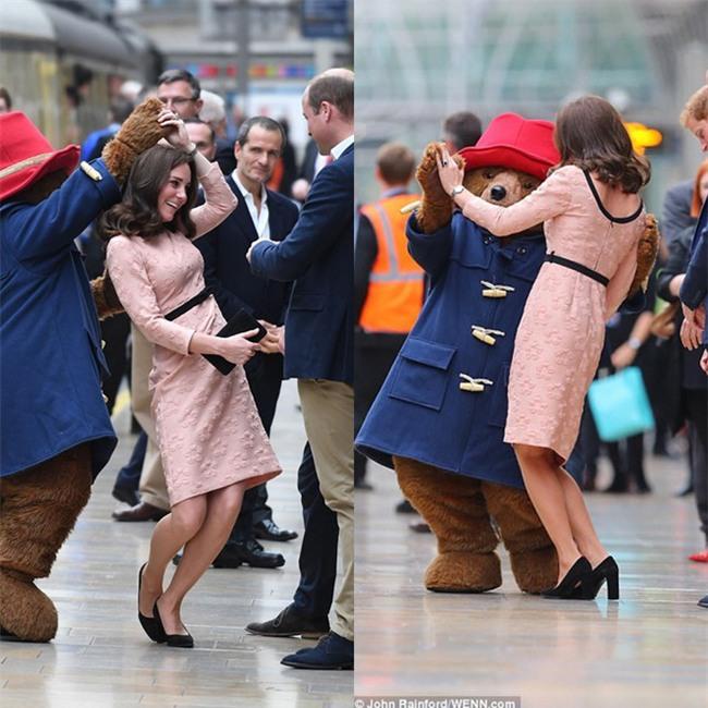Công nương Kate bất ngờ xuất hiện rạng rỡ, khiêu vũ trên sân ga London - Ảnh 6.