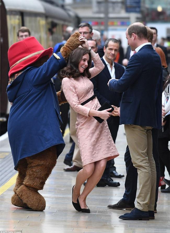 Công nương Kate bất ngờ xuất hiện rạng rỡ, khiêu vũ trên sân ga London - Ảnh 7.