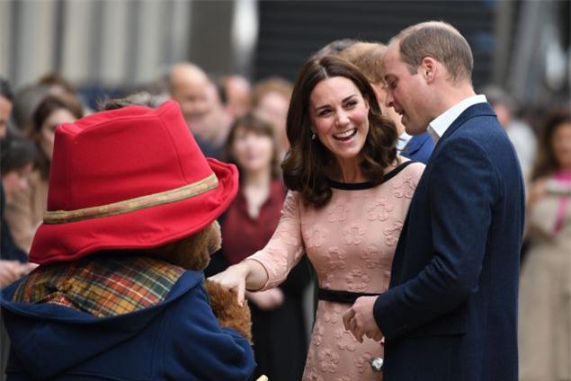 Công nương Kate bất ngờ xuất hiện rạng rỡ, khiêu vũ trên sân ga London - Ảnh 8.