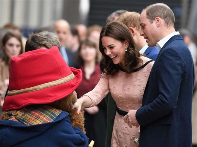 Công nương Kate bất ngờ xuất hiện rạng rỡ, khiêu vũ trên sân ga London - Ảnh 9.