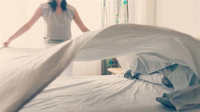 Tác hại đằng sau việc gấp chăn ngay khi ngủ dậy sẽ khiến bạn giật mình - Ảnh 2.