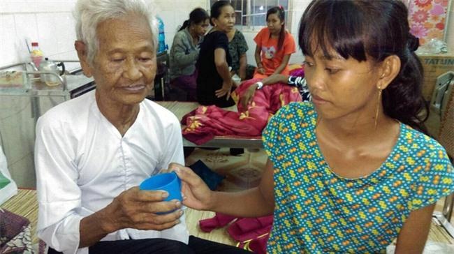 Mẹ già ngã bệnh nhập viện điều trị, 4 người con tâm thần lại bơ vơ đợi mẹ về cho ăn cơm - Ảnh 3.
