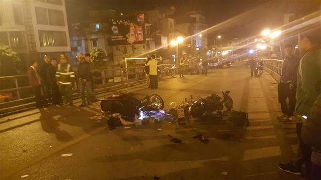 Hà Nội: 3 nam thanh niên chở nhau trên xe SH đâm thẳng vào xe máy chạy ngược chiều, 1 người chết, 2 người phải nhập viện - Ảnh 1.
