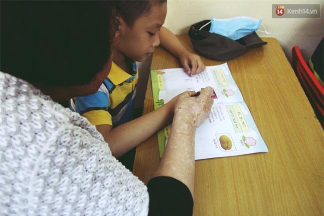 Bà giáo già 74 tuổi mở lớp học cho những đứa trẻ đặc biệt được bầu bạn với nhau - Ảnh 5.