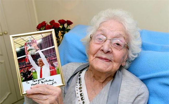 """Wenger viết gì trong bức thư gửi đến """"cô bạn gái"""" 103 tuổi?"""