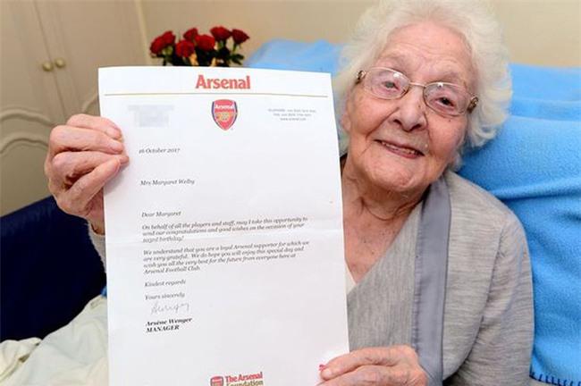 Wenger viết gì trong bức thư gửi đến cô bạn gái 103 tuổi? - Ảnh 1.