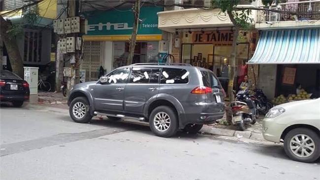 """o to do truoc cua hang, co gai """"khong noi nhieu"""" lay bang ve sinh dan khap xe - 3"""