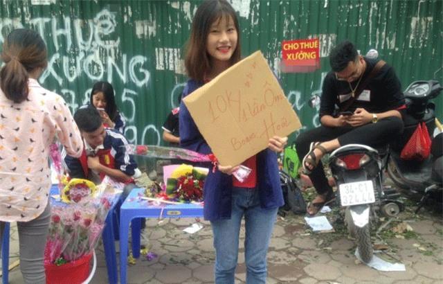 Sinh viên rao bán 10.000 đồng một cái ôm tặng kèm hoa 20/10 gây sốt cộng đồng mạng -1