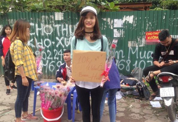 Sinh viên rao bán 10.000 đồng một cái ôm tặng kèm hoa 20/10 gây sốt cộng đồng mạng -2