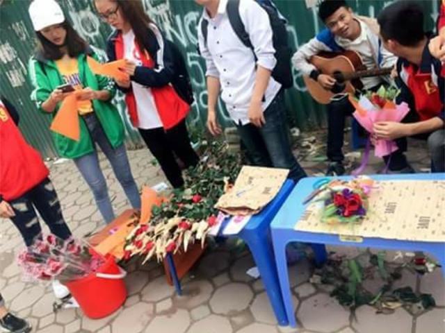 Sinh viên rao bán 10.000 đồng một cái ôm tặng kèm hoa 20/10 gây sốt cộng đồng mạng -4