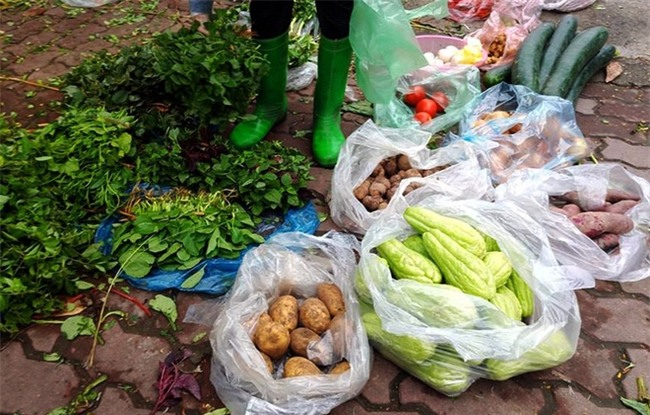 Hà Nội: Bà nội chợ méo mặt vì rau xanh khan hiếm, giá tăng gấp đôi sau ngập lụt - Ảnh 1.