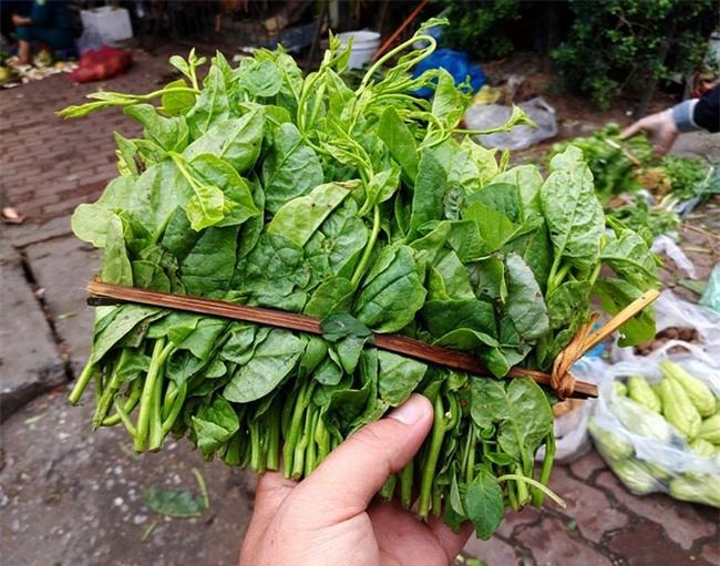 Hà Nội: Bà nội chợ méo mặt vì rau xanh khan hiếm, giá tăng gấp đôi sau ngập lụt - Ảnh 2.