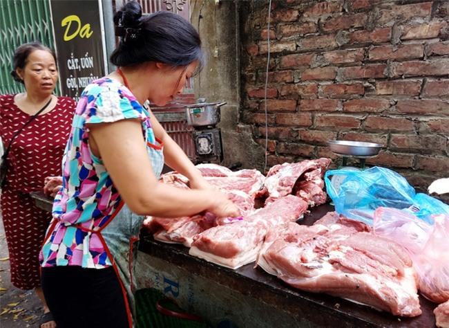 Hà Nội: Bà nội chợ méo mặt vì rau xanh khan hiếm, giá tăng gấp đôi sau ngập lụt - Ảnh 6.