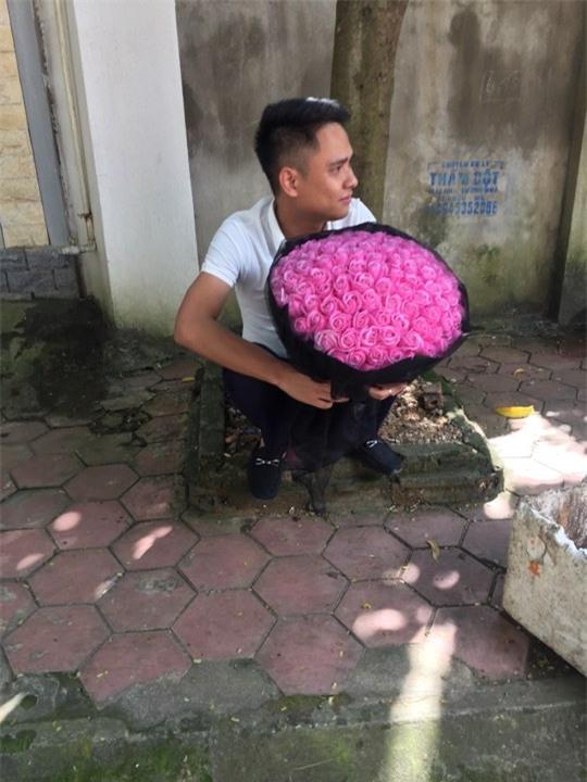 bi bat xe ngay 20/10, anh chong nho luon cong an cho di tang hoa cho vo - 1