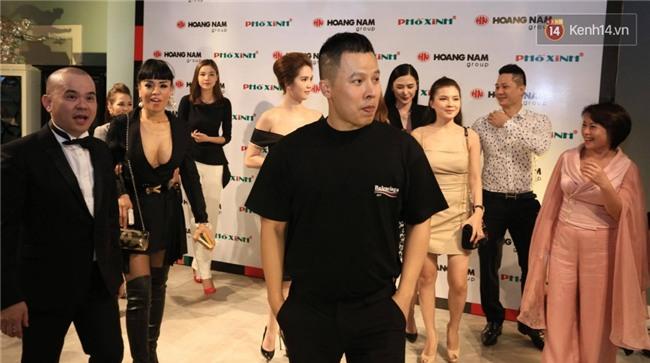 Một sự kiện, hai kiểu nghỉ chơi của showbiz Việt - Ảnh 4.