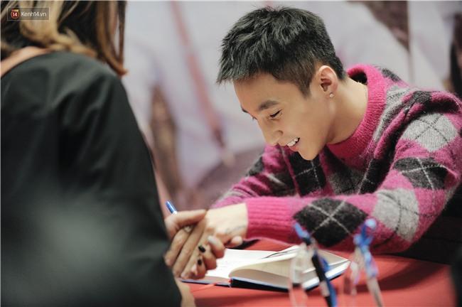 Clip: Sơn Tùng M-TP khiến fan nức lòng khi vượt đám đông để kí tặng sách cho Sky đi lại khó khăn - Ảnh 15.