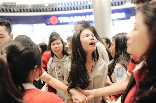 Clip: Sơn Tùng M-TP khiến fan nức lòng khi vượt đám đông để kí tặng sách cho Sky đi lại khó khăn - Ảnh 16.
