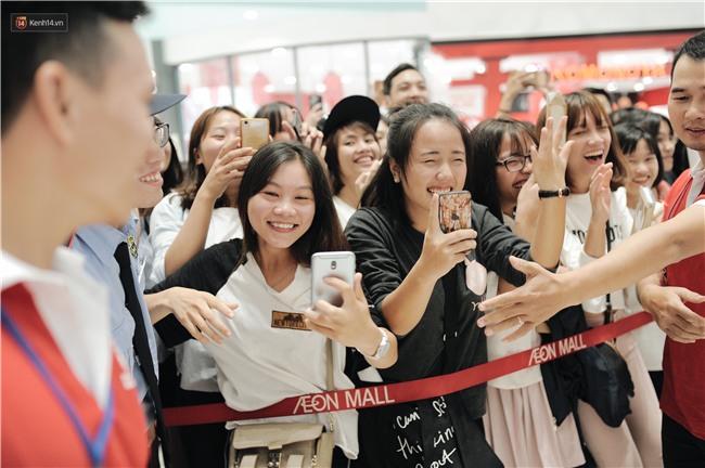 Clip: Sơn Tùng M-TP khiến fan nức lòng khi vượt đám đông để kí tặng sách cho Sky đi lại khó khăn - Ảnh 17.