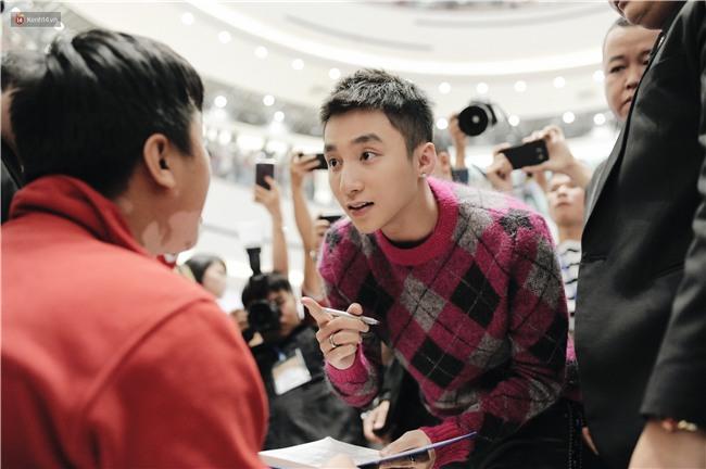 Clip: Sơn Tùng M-TP khiến fan nức lòng khi vượt đám đông để kí tặng sách cho Sky đi lại khó khăn - Ảnh 5.