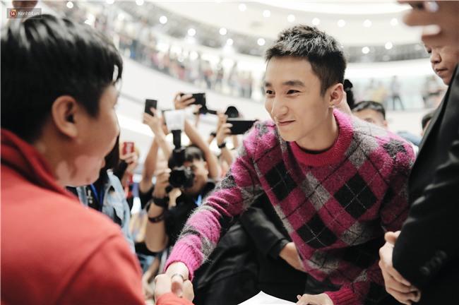 Clip: Sơn Tùng M-TP khiến fan nức lòng khi vượt đám đông để kí tặng sách cho Sky đi lại khó khăn - Ảnh 6.