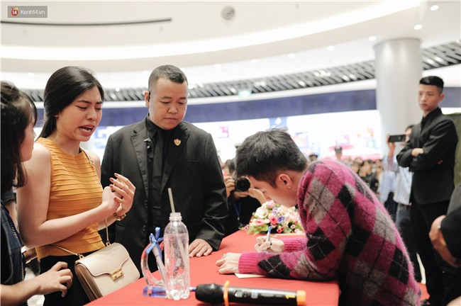 Clip: Sơn Tùng M-TP khiến fan nức lòng khi vượt đám đông để kí tặng sách cho Sky đi lại khó khăn - Ảnh 8.