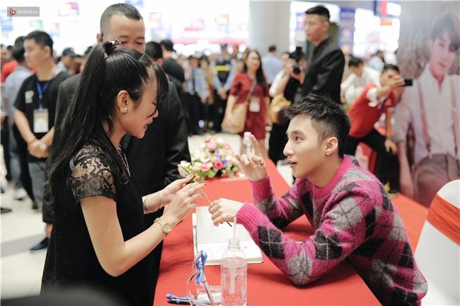 Clip: Sơn Tùng M-TP khiến fan nức lòng khi vượt đám đông để kí tặng sách cho Sky đi lại khó khăn - Ảnh 10.