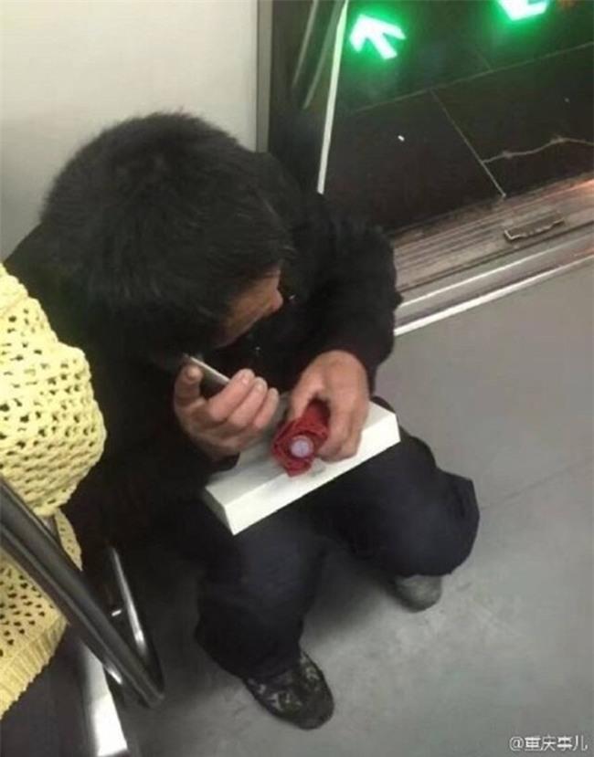 Người thợ xây nghèo ôm khư khư chiếc iPad dành dụm mua tặng con trên tàu điện ngầm khiến nhiều người xúc động - Ảnh 2.