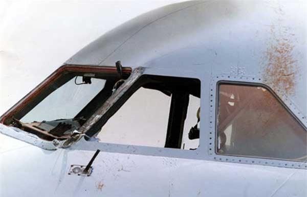 Khoảnh khắc phi công bị hút khỏi cửa sổ máy bay - Ảnh 3.