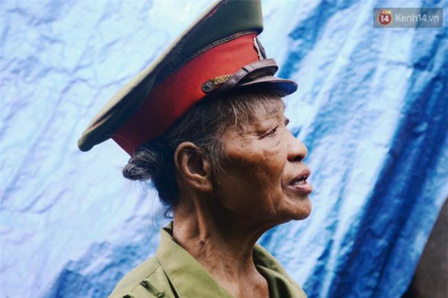 Chuyện bà cựu trung tá công an sống một mình trong bãi tha ma suốt 14 năm để chăm mộ bố mẹ - Ảnh 2.