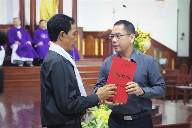 Đại học HUTECH trao bằng tốt nghiệp Kỹ sư danh dự trong tang lễ nam sinh viên bị bê tông rơi trúng đầu - Ảnh 3.