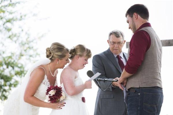 """Cầu hôn và trao lời thề nguyện với cả hai chị em gái, đám cưới """"tay ba"""" này đã làm cho quan khách xúc động rơi lệ - Ảnh 6."""