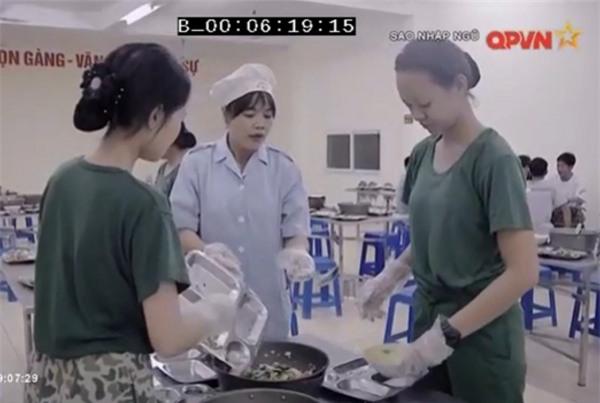 Chết cười khi xem Hương Giang Idol dọn chuồng lợn trong quân ngũ-4