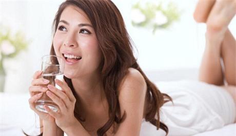 Uống 4 ly nước ngay sau khi thức dậy (mỗi ly khoảng 160ml), trước khi đánh răng và chưa ăn gì. Nếu khó khăn, bạn nên bắt đầu từ 2 ly và tăng dần số lượng tới 4. (ảnh minh họa)