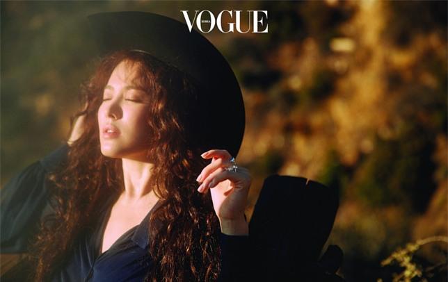 Clip hot: Cô dâu tháng 10 Song Hye Kyo đội khăn voan cực đẹp, đeo nhẫn kim cương ngón áp út chụp hình tại Mỹ - Ảnh 17.