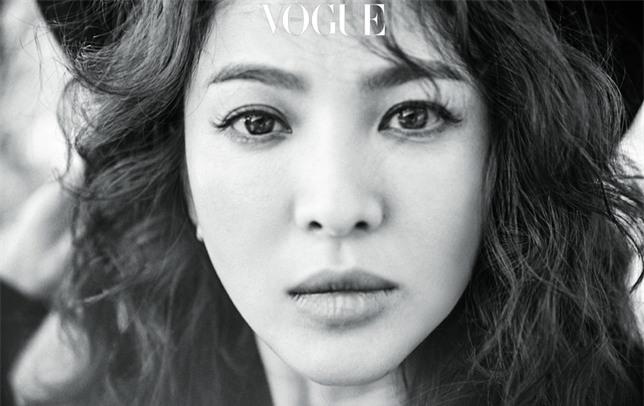 Clip hot: Cô dâu tháng 10 Song Hye Kyo đội khăn voan cực đẹp, đeo nhẫn kim cương ngón áp út chụp hình tại Mỹ - Ảnh 19.