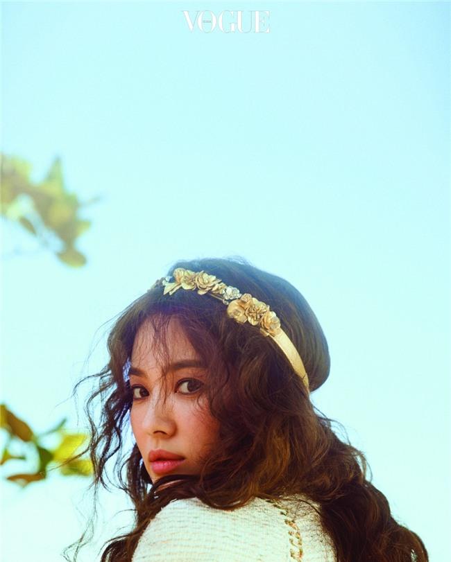 Clip hot: Cô dâu tháng 10 Song Hye Kyo đội khăn voan cực đẹp, đeo nhẫn kim cương ngón áp út chụp hình tại Mỹ - Ảnh 7.