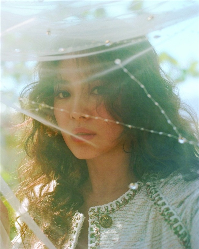 Clip hot: Cô dâu tháng 10 Song Hye Kyo đội khăn voan cực đẹp, đeo nhẫn kim cương ngón áp út chụp hình tại Mỹ - Ảnh 8.