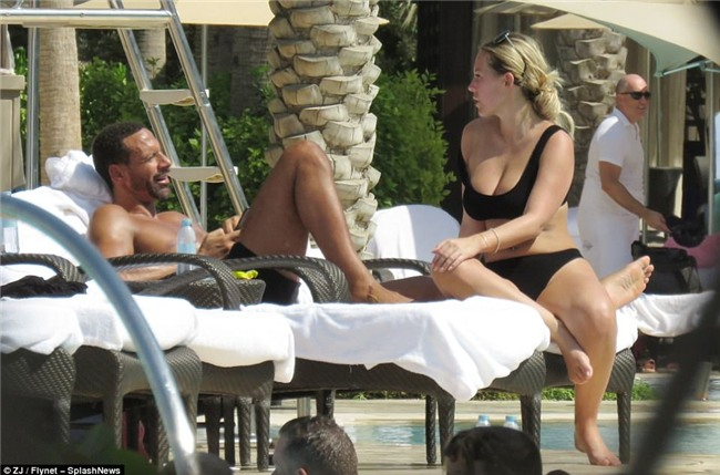 Huyền thoại Man Utd say đắm bên tình trẻ nóng bỏng ở bể bơi - Ảnh 1.