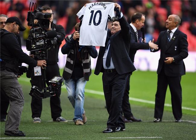 Maradona chung kien Tottenham pha ky luc cua MU hinh anh 4